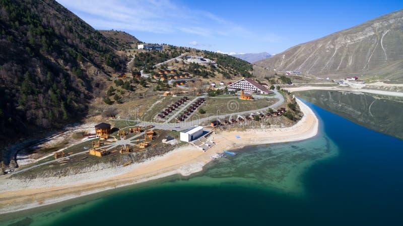 Ξενοδοχείο σύνθετο στην ακτή της λίμνης Kezenoy AM Τσετσένια Δημοκρατία στοκ εικόνα με δικαίωμα ελεύθερης χρήσης