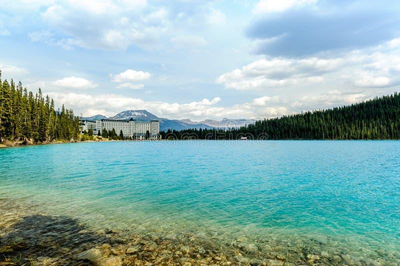 Ξενοδοχείο του Lake Louise πύργων σε Banff στοκ φωτογραφία με δικαίωμα ελεύθερης χρήσης