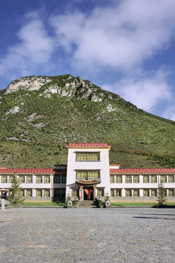 Ξενοδοχείο shangri-Λα, που χτίζεται ενάντια σε ένα βουνό, Zhongdian, Κίνα στοκ φωτογραφίες