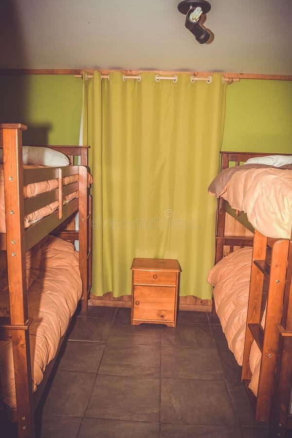 Ξενώνας, μικρό δωμάτιο, κρεβάτια κουκετών στοκ εικόνες με δικαίωμα ελεύθερης χρήσης