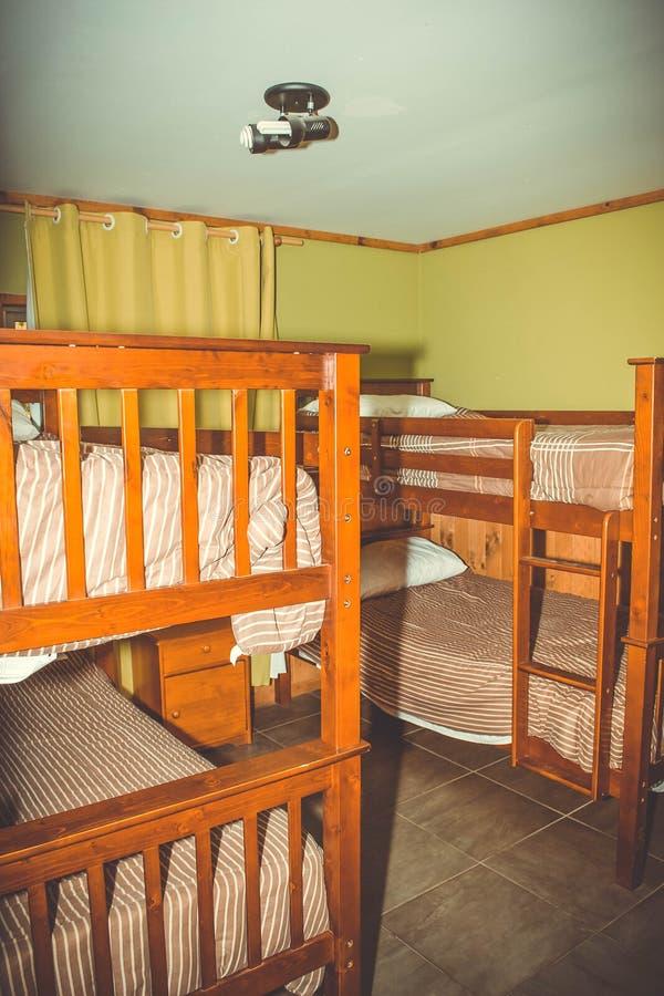 Ξενώνας, μικρό δωμάτιο, κρεβάτια κουκετών στοκ φωτογραφίες