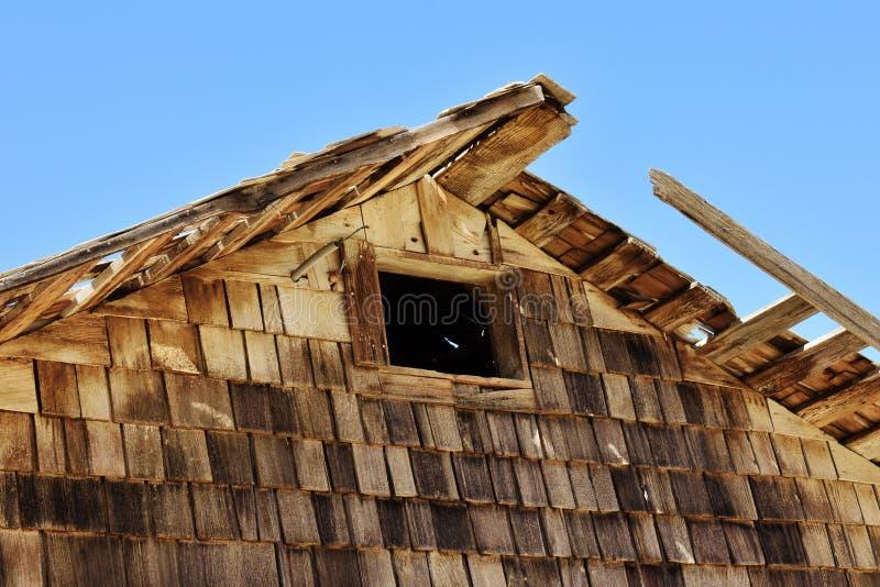 Ξεπερασμένη ξύλινη δομή στην έρημο στοκ εικόνα
