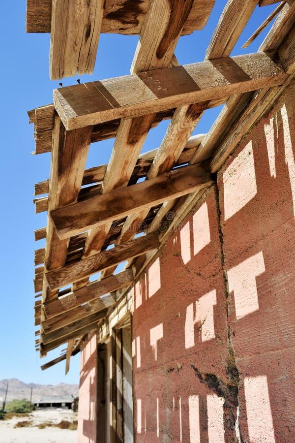 Ξεπερασμένη ξύλινη δομή στην έρημο στοκ εικόνες