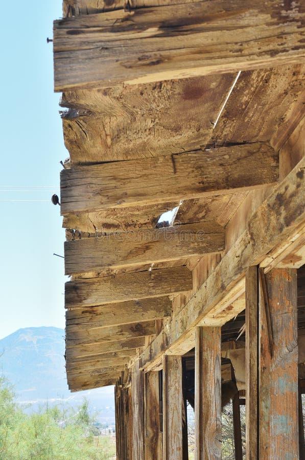 Ξεπερασμένη ξύλινη δομή στην έρημο στοκ εικόνα με δικαίωμα ελεύθερης χρήσης