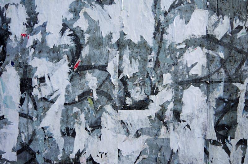 Ξεπερασμένος αστικός τοίχος με τις ξεφλουδισμένες αφίσες στοκ φωτογραφία με δικαίωμα ελεύθερης χρήσης