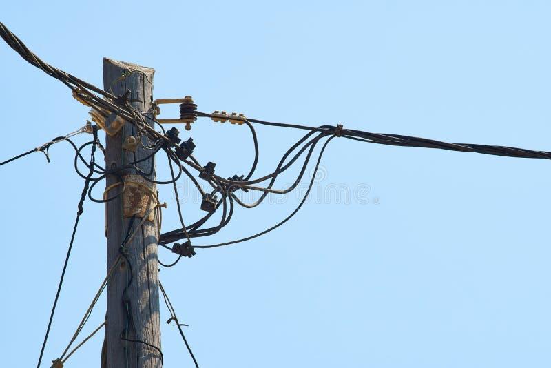 Ξεπερασμένος ξύλινος πόλος ηλεκτρικής ενέργειας με πολλά καλώδια στοκ εικόνες με δικαίωμα ελεύθερης χρήσης