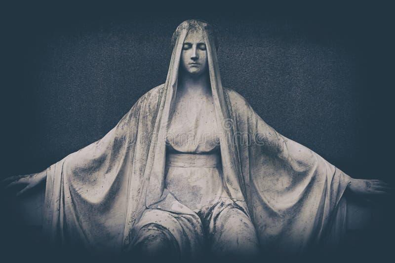 Ξεπερασμένο μαρμάρινο άγαλμα της Μαρίας στην ταφόπετρα στοκ φωτογραφίες με δικαίωμα ελεύθερης χρήσης
