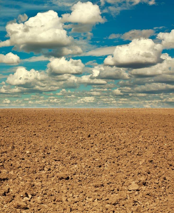 Ξεράνετε την οργωμένη γήινη αγροτική γη στοκ φωτογραφία