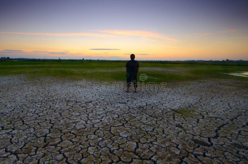 Ξεράνετε τη ραγισμένη έρημο Η σφαιρική έλλειψη του νερού στον πλανήτη  Παγκόσμια αύξηση της θερμοκρασίας λόγω του φαινομένου το στοκ εικόνα με δικαίωμα ελεύθερης χρήσης
