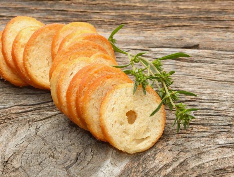 Ξεράνετε το ψωμί ρόλων με το χορτάρι στοκ εικόνα