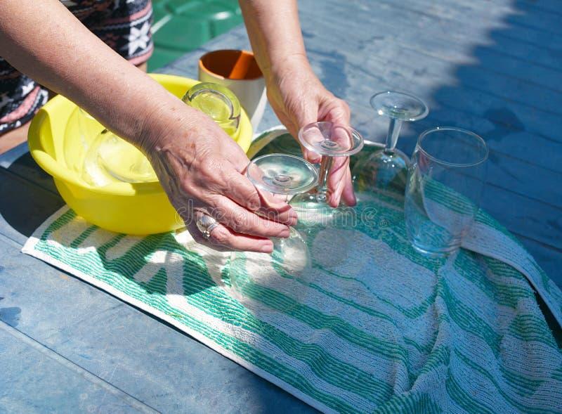Ξεραίνοντας γυαλιά κρασιού στοκ φωτογραφία με δικαίωμα ελεύθερης χρήσης