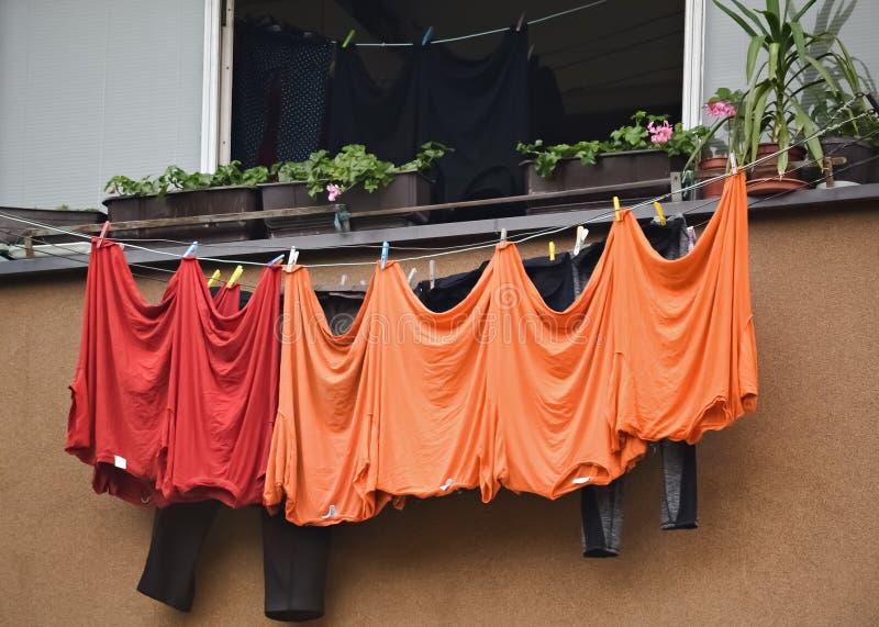 Ξεραίνοντας πλυντήριο σε μια σκοινί για άπλωμα στοκ εικόνες με δικαίωμα ελεύθερης χρήσης