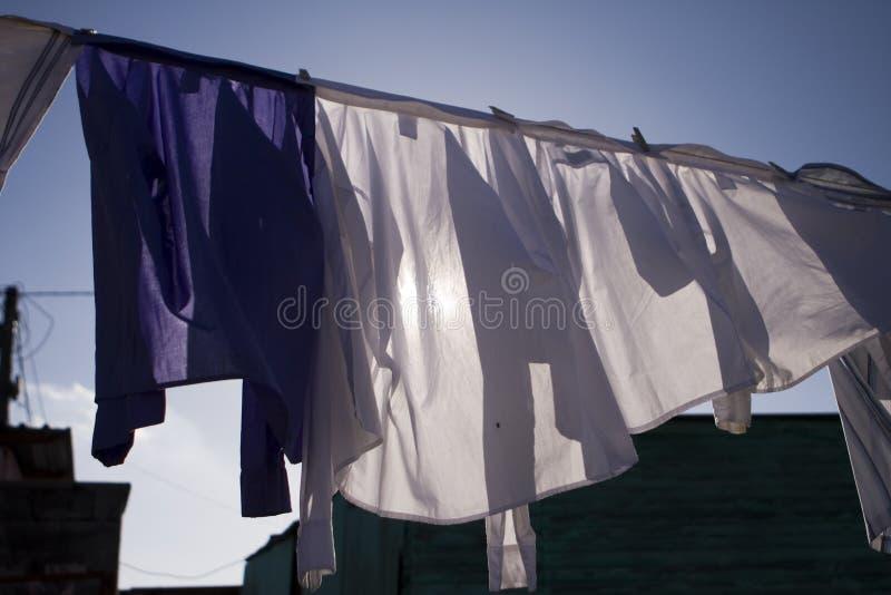 Ξεραίνοντας πλυντήριο στον ήλιο στοκ φωτογραφία