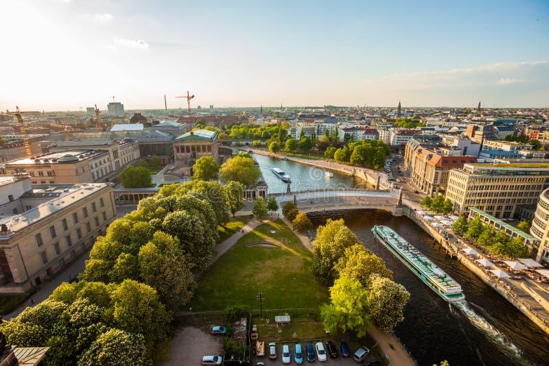 Ξεφάντωμα ποταμών του Βερολίνου, Museumsinsel, και βάρκα κρουαζιέρας στοκ φωτογραφία με δικαίωμα ελεύθερης χρήσης