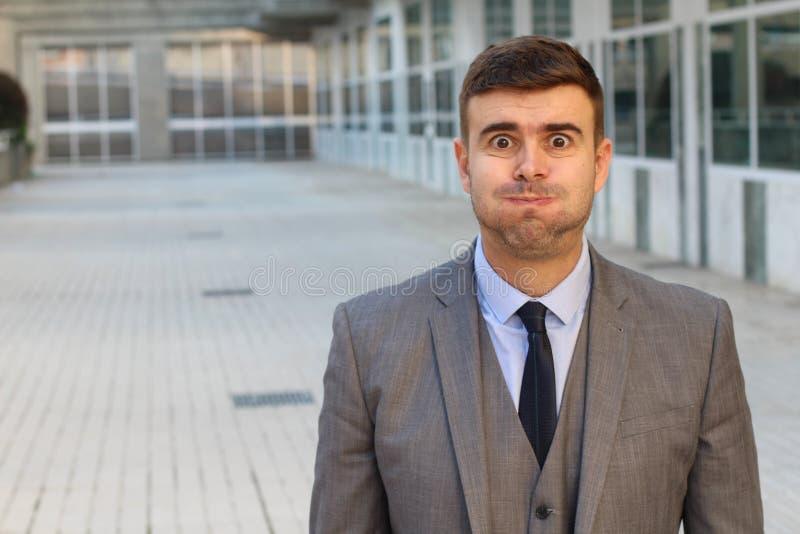 Ξεφγμένος επιχειρηματίας που αισθάνεται φουσκωμένος με το διάστημα αντιγράφων στοκ φωτογραφίες