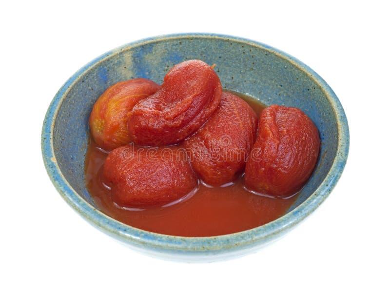 Ξεφλουδισμένες ώριμες ντομάτες στο παλαιό κύπελλο στοκ φωτογραφία