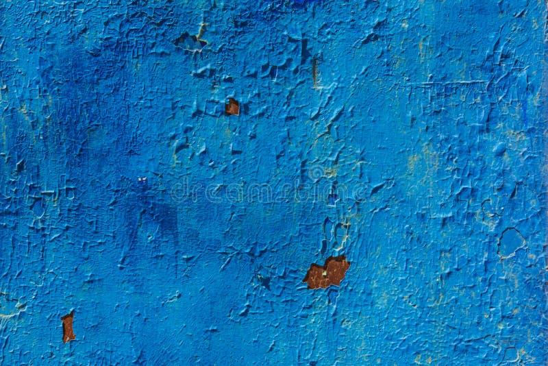 Ξεφλούδισμα του μπλε χρώματος σε ένα υπόβαθρο σύστασης επιφάνειας μετάλλων στοκ φωτογραφία