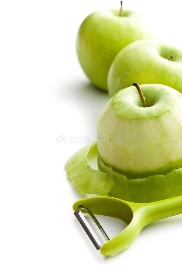 Ξεφλουδισμένο πράσινο μήλο με peeler στοκ φωτογραφίες με δικαίωμα ελεύθερης χρήσης