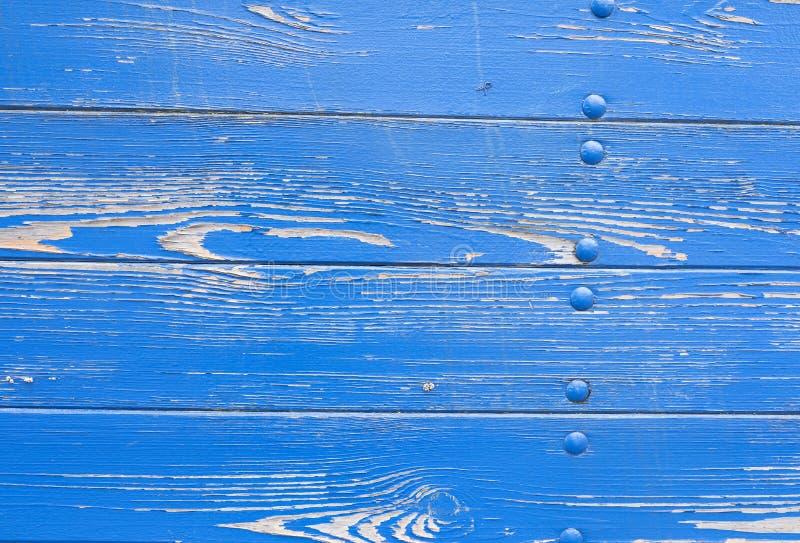 Ξεφλούδισμα του μπλε χρώματος στη φλούδα του παλαιού σκάφους στοκ εικόνες