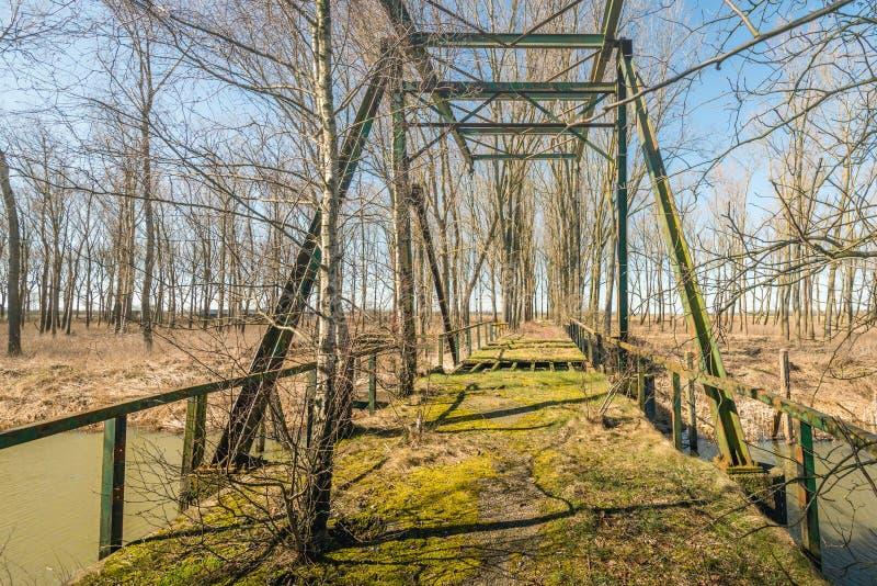 Ξεχασμένο drawbridge πέρα από έναν ποταμό στοκ φωτογραφία με δικαίωμα ελεύθερης χρήσης