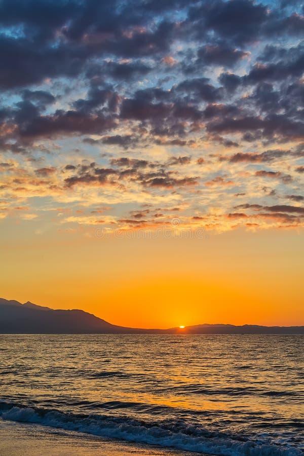 Ξημερώματα, δραματική ανατολή πέρα από τη θάλασσα Φωτογραφισμένος σε Asprovalta, Ελλάδα στοκ εικόνες