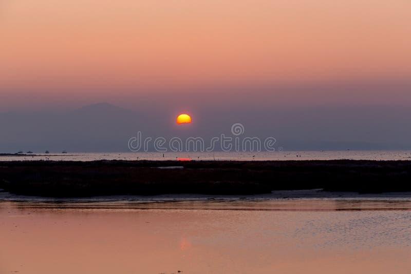 Ξημερώματα, μαγική ανατολή πέρα από τη θάλασσα στοκ φωτογραφία με δικαίωμα ελεύθερης χρήσης