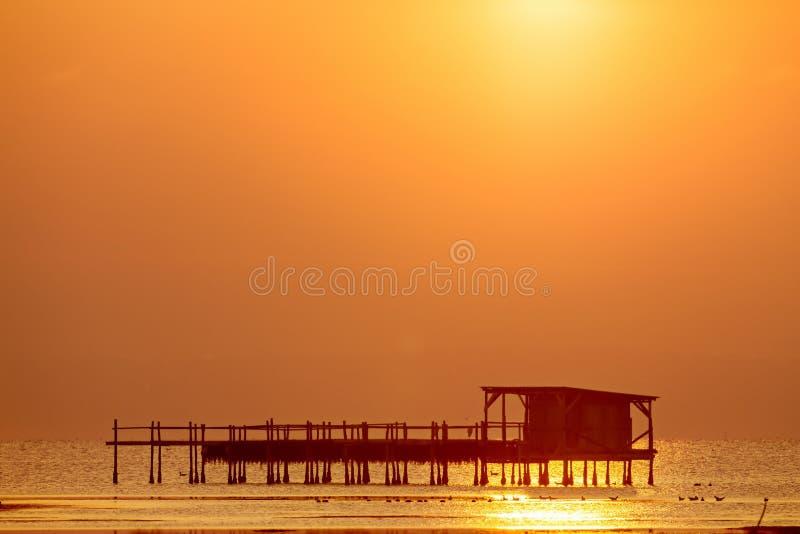 Ξημερώματα, μαγική ανατολή πέρα από τη θάλασσα στοκ φωτογραφία