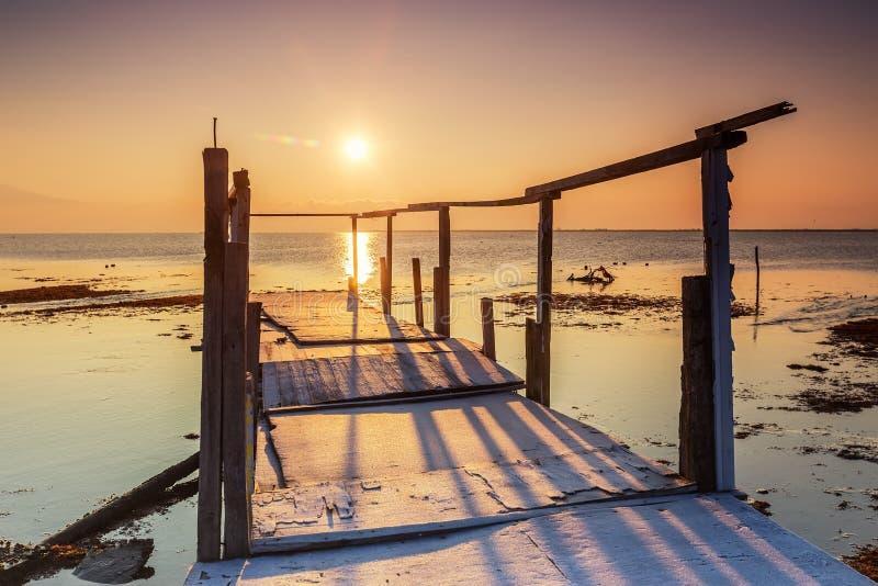 Ξημερώματα, μαγική ανατολή πέρα από τη θάλασσα στοκ εικόνες