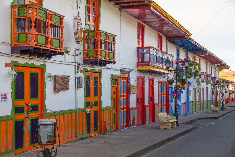 Ξημερώματα στο ζωηρόχρωμο κεντρικό δρόμο Salento, Κολομβία στοκ εικόνες