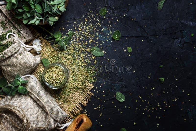 Ξηρά επίγειο oregano ή μαντζουράνα, σκοτεινό υπόβαθρο, τοπ άποψη στοκ φωτογραφία με δικαίωμα ελεύθερης χρήσης