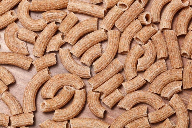 Ξηρά ιταλικά ζυμαρικά στον ξύλινο πίνακα στοκ φωτογραφία με δικαίωμα ελεύθερης χρήσης