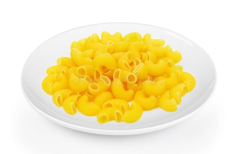 Ξηρά μακαρόνια σε ένα πιάτο στο άσπρο υπόβαθρο στοκ φωτογραφία με δικαίωμα ελεύθερης χρήσης
