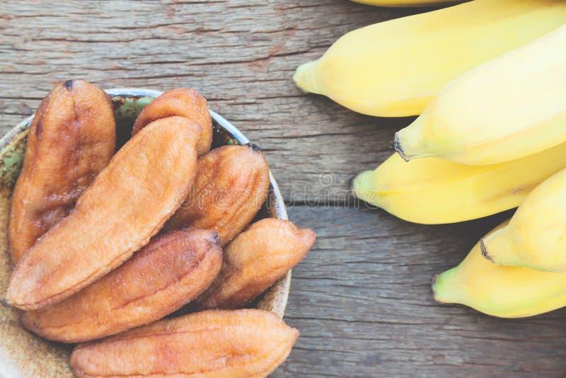 Ξηρά μπανάνα στον ξύλινο πίνακα, ξηρό - τα φρούτα, υγιές πρόχειρο φαγητό, κάνουν δίαιτα α στοκ εικόνα
