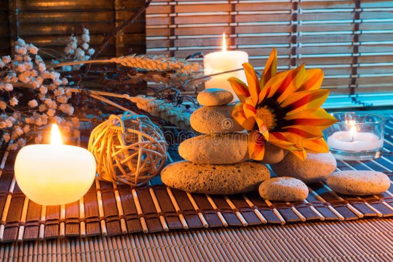 Ξηρά λουλούδια, άσπρες πέτρες, κεριά στο χαλί μπαμπού στοκ φωτογραφία με δικαίωμα ελεύθερης χρήσης