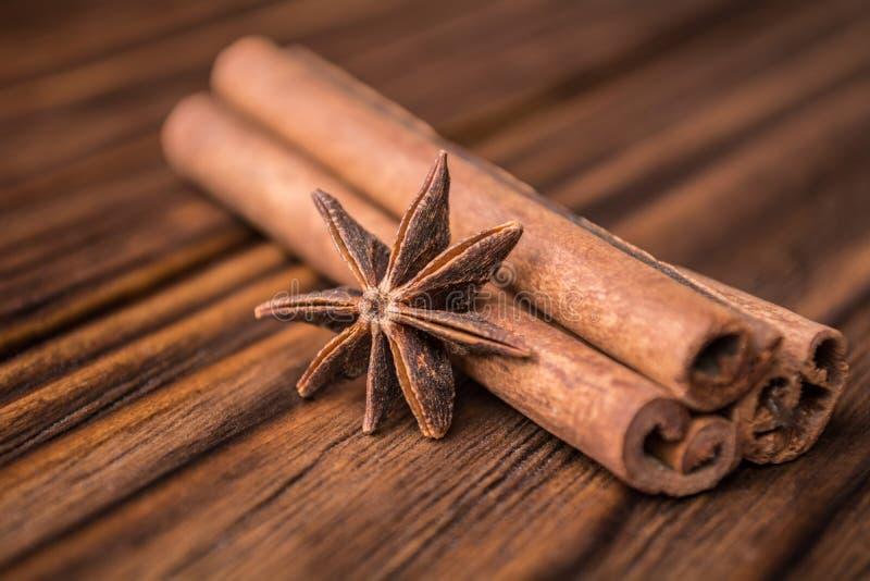 Ξηρά ραβδιά αστεριών και κανέλας γλυκάνισου σε ένα ξύλινο υπόβαθρο στοκ φωτογραφία με δικαίωμα ελεύθερης χρήσης