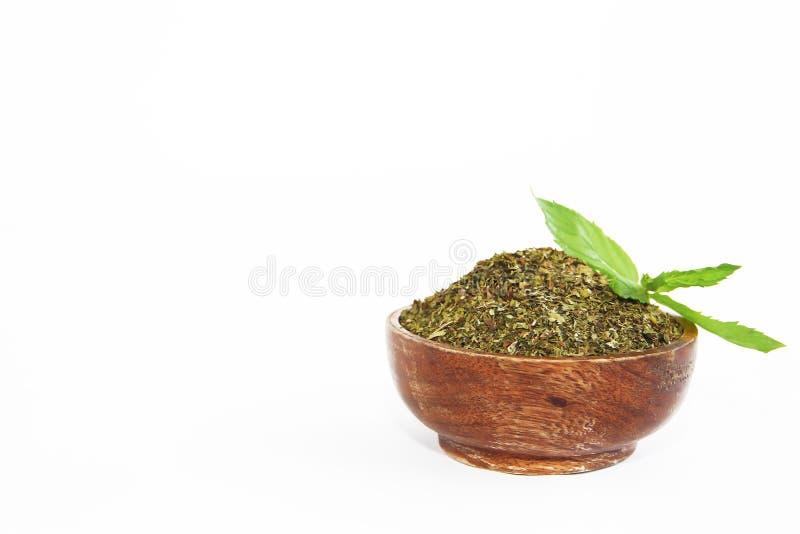 Ξηρά σκόνη μεντών και φυσικά πράσινα φύλλα αυτού του φυτού στο ξύλινο πιάτο στοκ φωτογραφίες με δικαίωμα ελεύθερης χρήσης