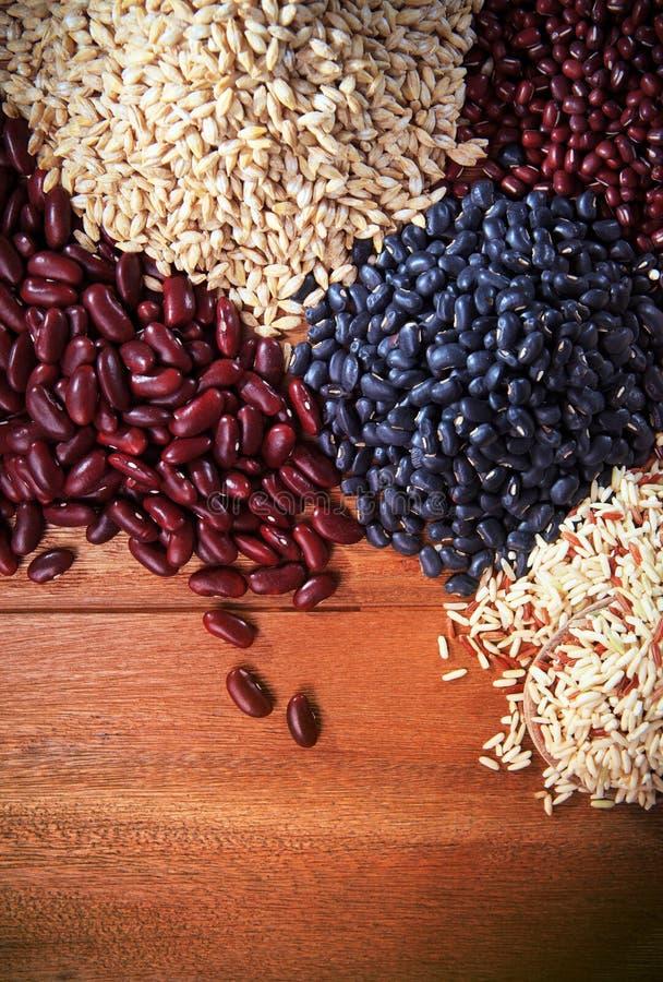 Ξηρά τρόφιμα ρυζιού σιταριού τοπ ξύλινο υγιή σε orgaic επιτραπέζιου υποβάθρου στοκ εικόνα