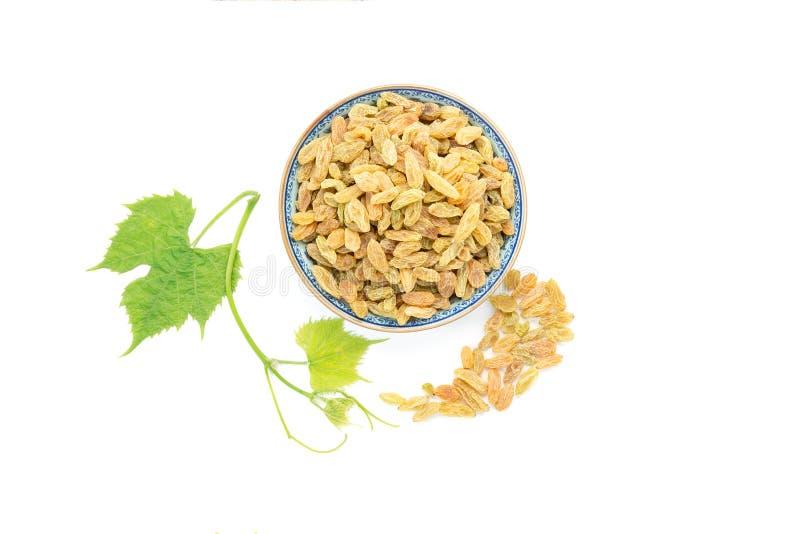 Ξηρά φρούτα αμπέλων των σταφίδων και των φρέσκων φύλλων σταφυλιών στοκ εικόνα με δικαίωμα ελεύθερης χρήσης