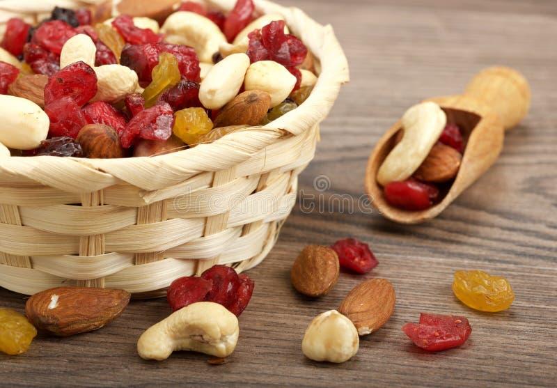 Ξηρά φρούτα με τα καρύδια στοκ φωτογραφία με δικαίωμα ελεύθερης χρήσης