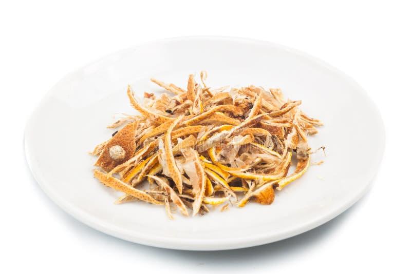 Ξηρά φλούδα εσπεριδοειδών λεμονιών στο πιάτο στο άσπρο υπόβαθρο στοκ φωτογραφίες