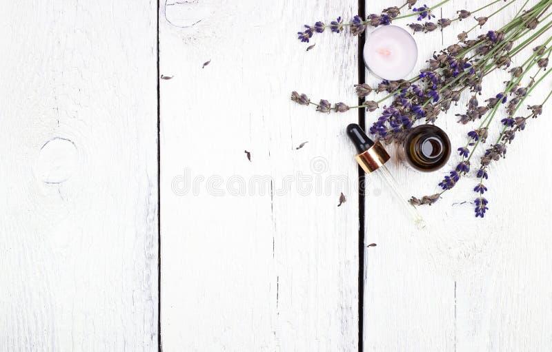 Ξηρά lavender και έλαιο σε έναν άσπρο ξύλινο πίνακα στοκ φωτογραφία με δικαίωμα ελεύθερης χρήσης