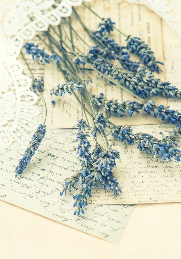 Ξηρά lavender λουλούδια, δαντέλλα και παλαιές επιστολές αγάπης στοκ φωτογραφίες με δικαίωμα ελεύθερης χρήσης