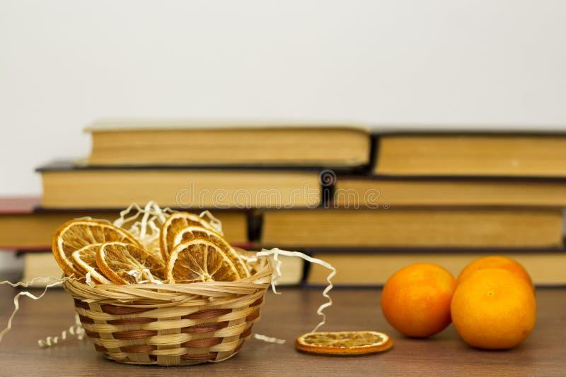 Ξηρά tangerine πορτοκάλια σε ένα καλάθι στοκ φωτογραφίες με δικαίωμα ελεύθερης χρήσης