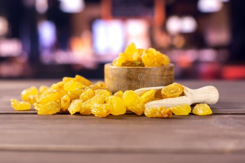 Ξηρές χρυσές σταφίδες σουλτάνα με το εστιατόριο στοκ εικόνα
