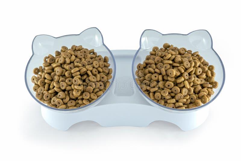 Ξηρή γατοτροφή σε μπολ σε σχήμα γάτας στοκ εικόνες