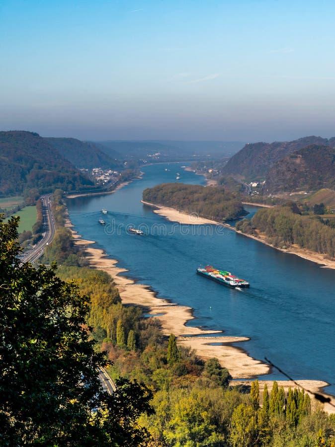 Ξηρασία στη Γερμανία, χαμηλό νερό του ποταμού του Ρήνου σκάφη φορτίου μεταφορών νερού andernach koblenz πλησίον στα influending στοκ φωτογραφία