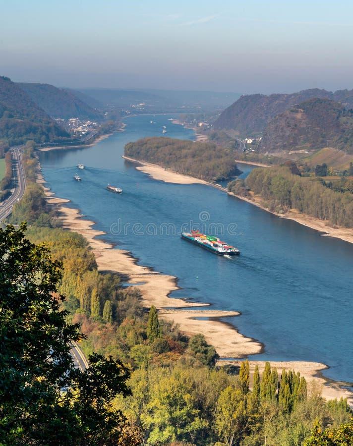 Ξηρασία στη Γερμανία, χαμηλό νερό του ποταμού του Ρήνου σκάφη φορτίου μεταφορών νερού andernach koblenz πλησίον στα influending στοκ φωτογραφία με δικαίωμα ελεύθερης χρήσης