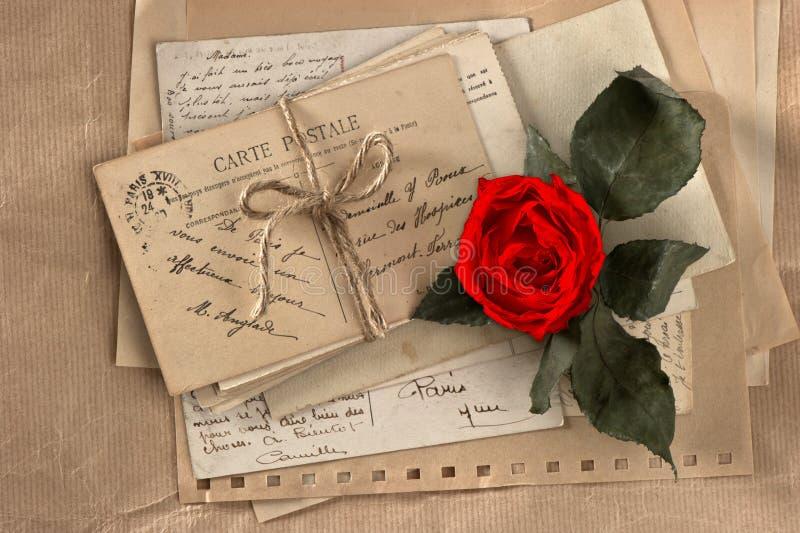 Ξηρός κόκκινος αυξήθηκε και παλαιές επιστολές αγάπης στοκ εικόνες με δικαίωμα ελεύθερης χρήσης