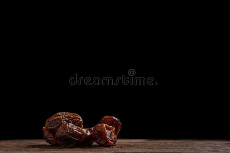 Ξηρός φοίνικας ημερομηνίας στο ξύλινο πάτωμα στοκ φωτογραφία με δικαίωμα ελεύθερης χρήσης