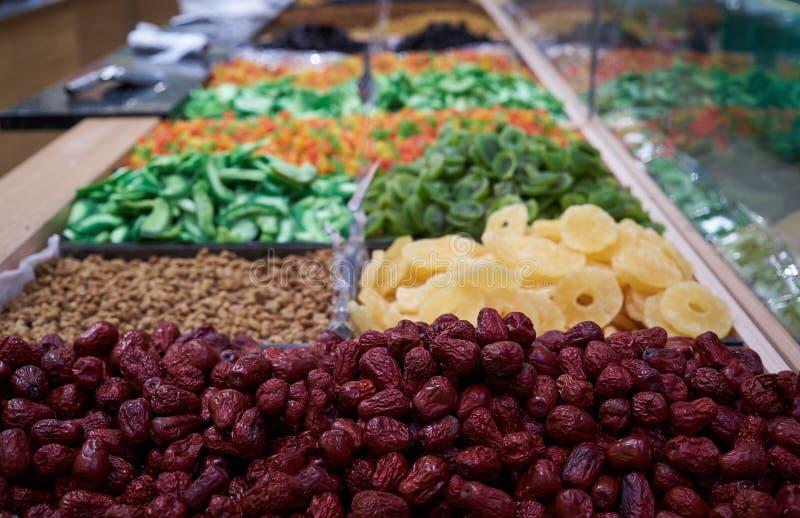 Ξηρός - φρούτα στο μετρητή αγοράς, κινηματογράφηση σε πρώτο πλάνο Μίγμα των γλυκών ξηρών καρπών στοκ εικόνα